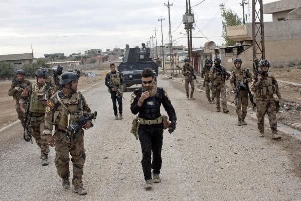 Soldados iraquíes patrullan una calle en Gogjali, un barrio de Mosul, Irak. (AP).