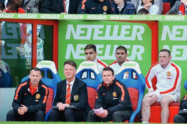 Víctor Váldes centro a seguido los juegos del Manchester United desde la banca. (Foto Prensa Libre: AFP)