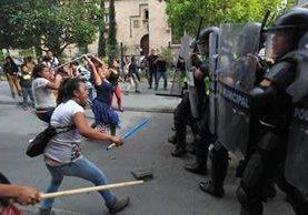 El pasado jueves un grupo de vendedores se enfrentaron con la Policía Municial por el intento de estos de desalojar a los locatarios del Paseo de la Sexta. (Foto Prensa Libre: Hemeroteca PL)