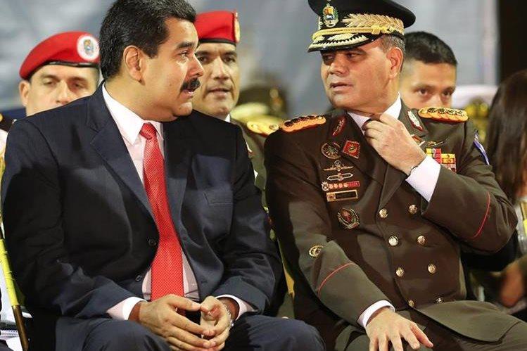 El presidente de Venezuela, Nicolás Maduro, (izq.) habla con su ministro de Defensa, general Vladimir Padrino.(Foto Prensa Libre: AP).