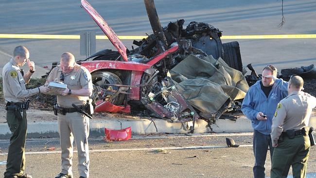 Estado en el que quedó el automóvil por el accidente de Paul Wlaker. (Foto Prensa Libre: AP)