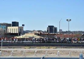 Decenas de personas del lado estadounidense de la frontera saluda al Papa. (Foto Prensa Libre: AP).