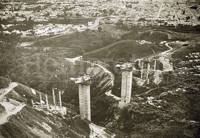 Construcción del Puente el Incienso o Martín Prado Vélez, durante la administración de Manuel Colom Argueta un punto importante en el Plan de Desarrollo Metropolitano. (Foto: Hemeroteca PL)