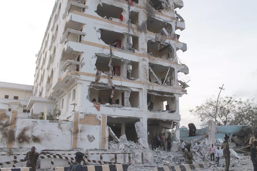 Un atacante suicida embistió este domingo con un camión cargado de explosivos el perímetro de seguridad de un hotel muy conocido en la capital somalí. (Foto Prensa Libre: EFE).