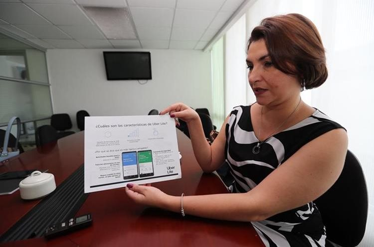 Carolina Coto, directora de Comunicación para Centroamérica de Uber, explica los beneficios de la aplicación Uber Lite. (Foto Prensa Libre: César Pérez)
