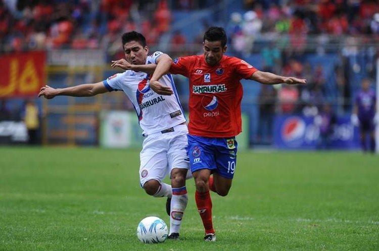 Alexis Matta y Brandon de León luchan por el balón. (Foto Prensa Libre: Francisco Sánchez)