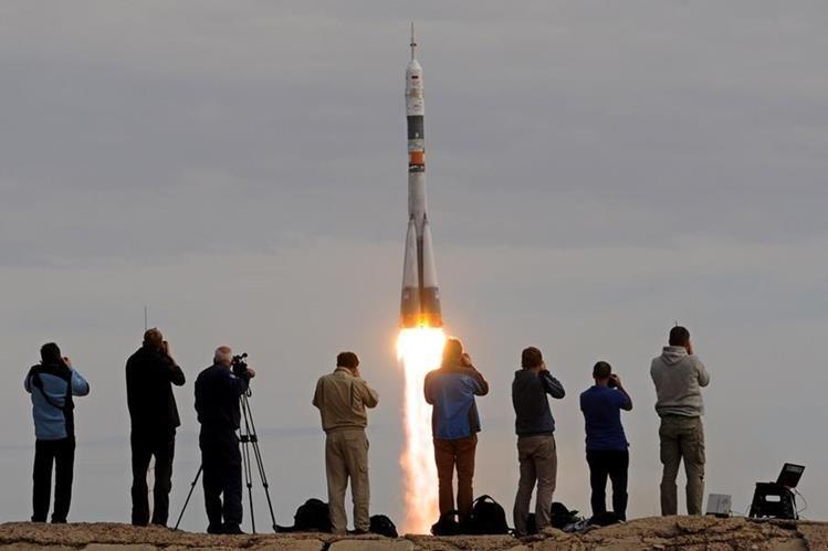 <em>Los tres hombres llegarán a la estación orbital el viernes tras un vuelo de dos días por el espacio. (Foto Prensa Libre: AFP).</em>