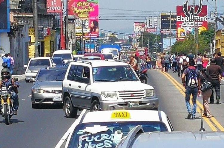 La protesta de taxistas enfiló sobre la vía exclusiva del transmetro en el eje sur, por lo que el servicio fue suspendido.