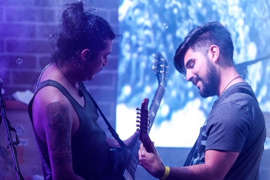 """Francisco Marroquín """"toky"""", junto a Hugo Flores durante el concierto de la presentación del disco P.M. (Foto Prensa Libre: Keneth Cruz)"""