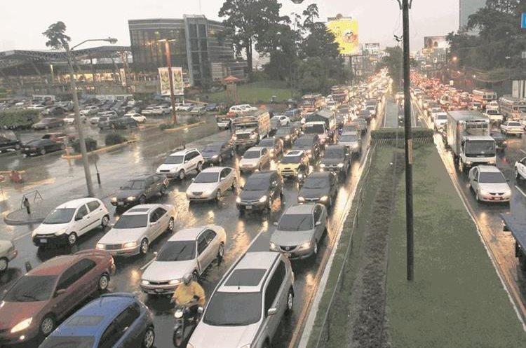 Tráfico denso en arterias principales como la Calzada Roosevelt donde miles de guatemaltecos esperan llegar a sus destinos.  Foto: Hemeroteca PL)