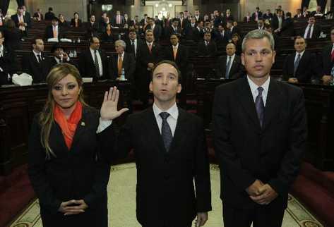 Jorge Eduardo de León Duque  —centro— presta juramento como nuevo procurador de los Derechos Humanos. Lo escoltan los diputados  Emilenne Aquino y  Christian Boussinot.