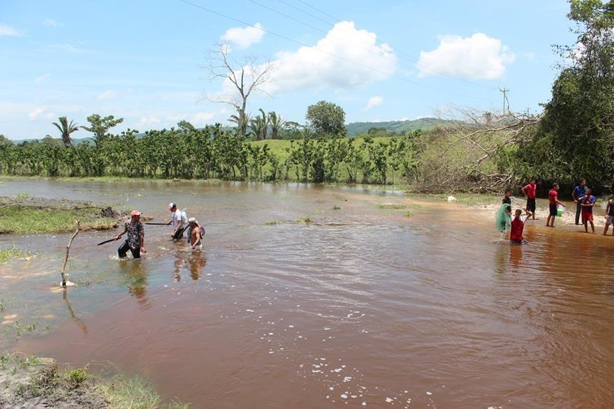 Un grupo de vecinos, pasan caminando el arroyo El Pantanal, en comunidad Cidabenque, Melchor de Mencos.(Foto Prensa Libre: Rigoberto Escobar)