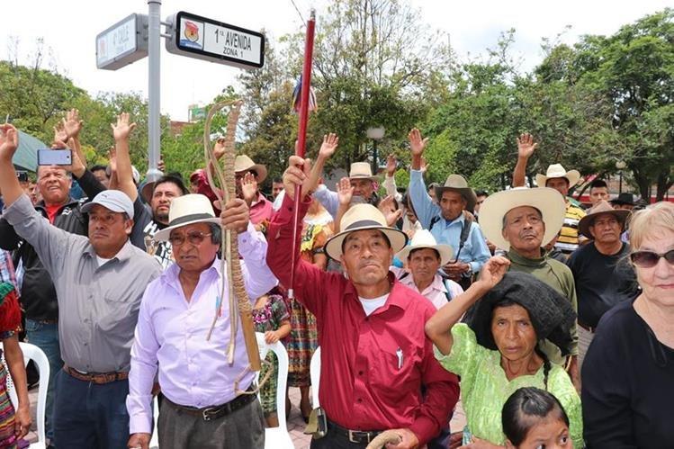 Las autoridades indígenas, reunidas frente a la Gobernación Departamental de Quiché, aprueban la continuidad de los castigos comunitarios. (Foto Prensa Libre: Héctor Cordero)