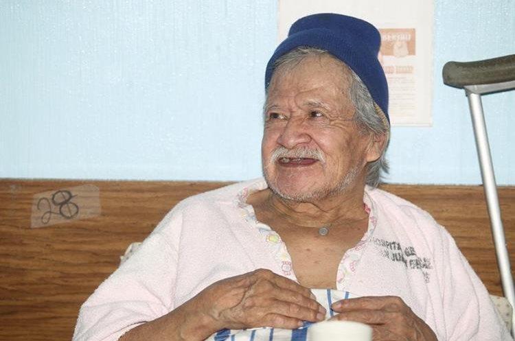 Óscar Armando Díaz, como dice llamarse está en la cama 28 del área de cirugía de hombres del Hospital General San Juan de Dios. (Foto Prensa Libre: César Pérez Marroquín)