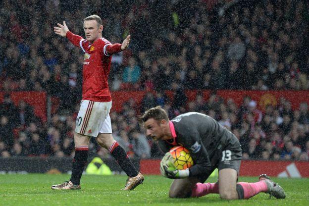 En el fútbol no es necesario que salga la pelota del campo para perder tiempo. (Getty Images)