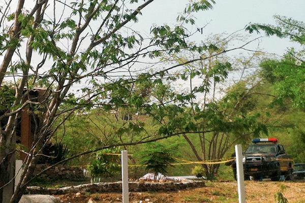 El cadáver de Jorge Mario Paredes Díaz quedó tendido cerca de la entrada de su vivienda, en la finca El Tule, Ipala, Chiquimula. (Foto Prensa Libre: Edwin Paxtor)