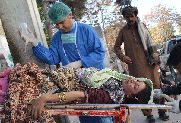 Paramédicos paquistaníes trasladan a un pasajero herido en Quetta.