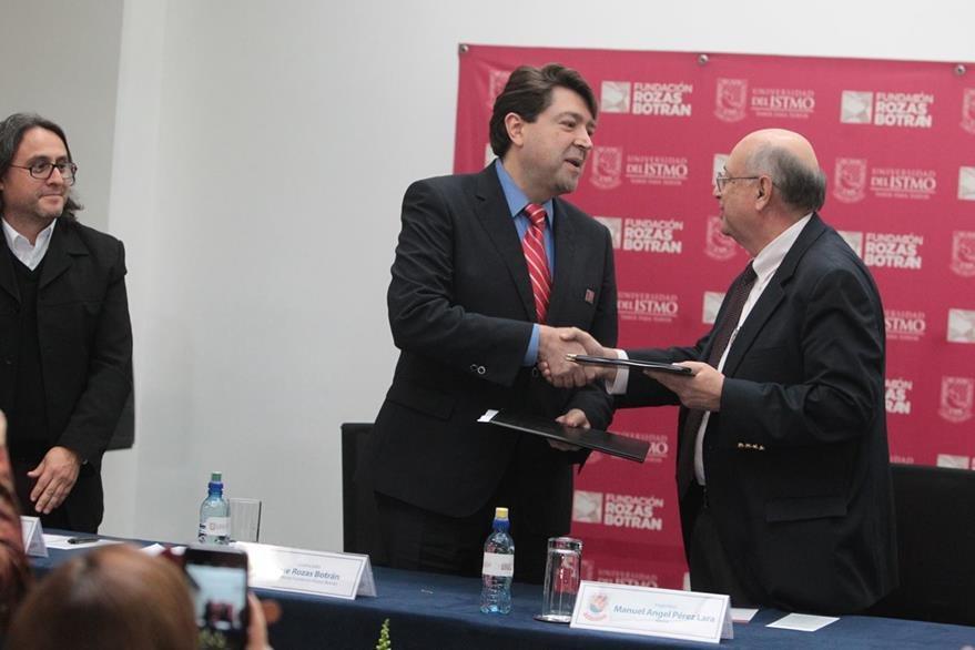 José Rozas Botrán, director de la Fundación Rozas Botrán y Manuel Ángel Pérez, rector de la Unis, intercambiaron copias del convenio de exhibión de piezas de arte en la mencionada universidad.  (Foto Prensa Libre: Edwin Castro)