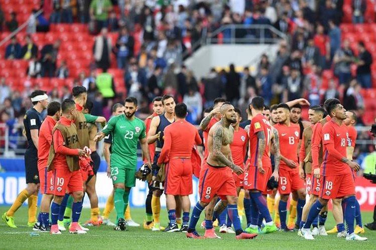 Los futbolistas chilenos celebran su pase a las semifinales de la Copa Confederaciones, después de haber nivelado 1-1 contra Australia (Foto Prensa Libre: AFP)