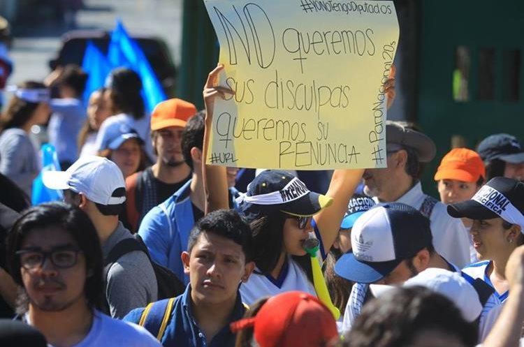 Los manifestantes portan varios mensajes contra la corrupción y la impunidad.