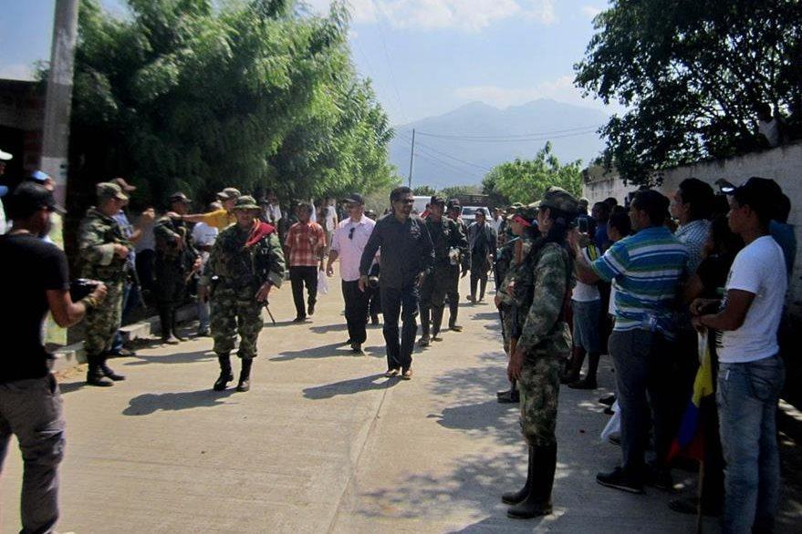 Guerrilleros de las Farc fueron vistos en contacto con la población civil colombiana. (Foto Prensa Libre: EFE).