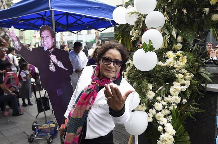 Un imitador posa durante el homenaje a Juan Gabriel (AFP).