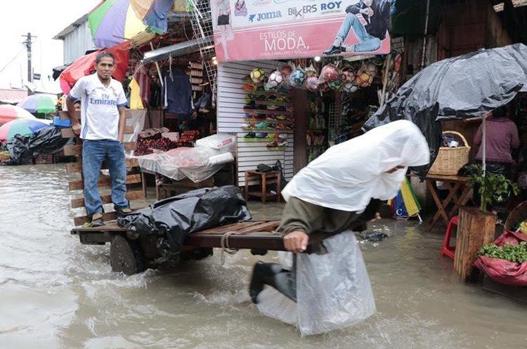 El Mercado La Terminal, zona 4, en Alta Verapaz, afectado por las lluvias. (Foto Prensa Libre: Eduardo Sam Chun)