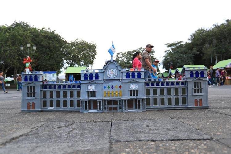 Una maqueta del Palacio Nacional de la Cultura elaborada por tres privados de libertad está a la venta en el bazar navideño. (Foto Prensa Libre: Carlos Hernández).