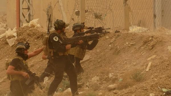 Fuerzas iraquíes defienden su cuartel contra ataques del EI en Ramadi. (Foto Prensa Libre:AP)
