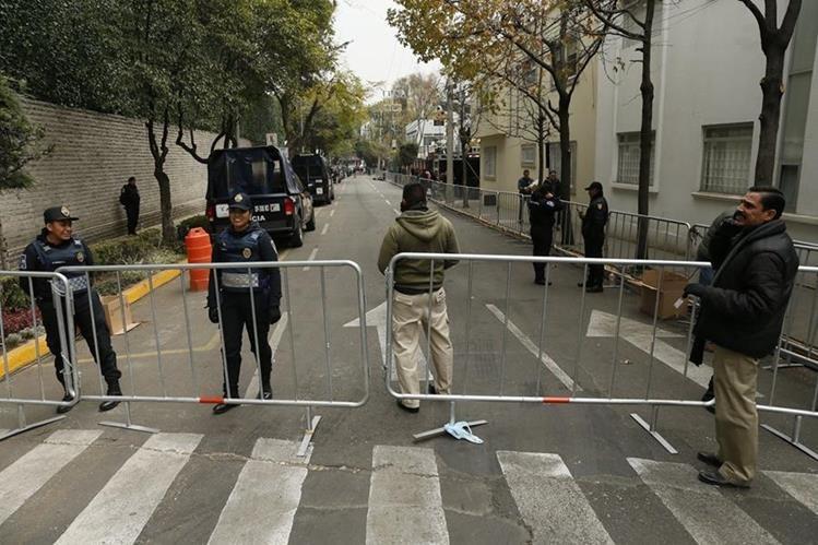 Policías federales vigilan calles aledañas a los lugares donde estará el Papa en la Ciudad de México. (Foto Prensa Libre: EFE).