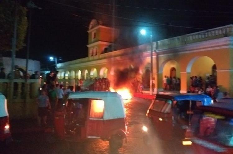 En horas de la noche, pobladores protestaron frente a la municipalidad para exigir la renuncia del alcalde de Patulul. (Foto Prensa Libre: Cristian Soto)
