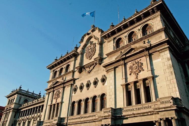 El edificio está diseñado simétricamente a partir de un cuerpo central, del cual se desprenden dos estructuras laterales.