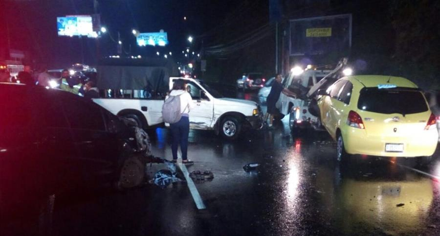 La triple colisión se registró en el km 14 de ruta al Pacífico. (Foto Prensa Libre: Colisión)