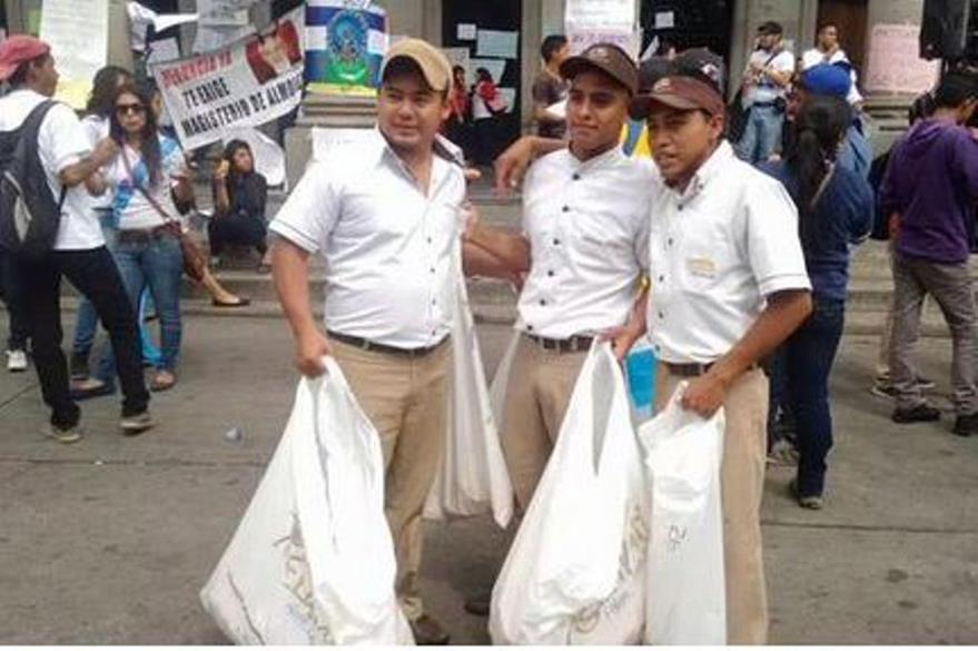 Trabajadores de varias empresas salieron a regalar sus productos. (Foto Prensa Libre: @coshever)