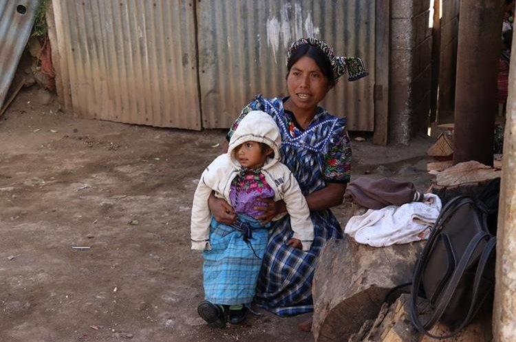 Amalia Fuentes y su hija Candelaria, de 2 años, una de las niñas que ha mejorado luego de ingresar al programa. (Foto Prensa Libre: María José Longo)