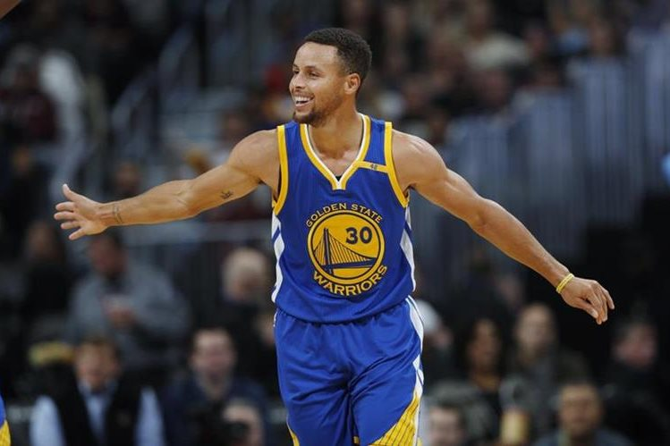 Stephen Curry se ha convertido en una de las grandes figuras e ídolos de los Warriors. (Foto Prensa Libre: AP)