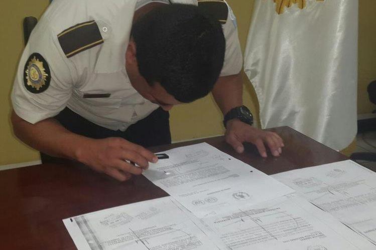 La Policía realizó un análisis a las firmas del documento. (Foto Prensa Libre: PNC)