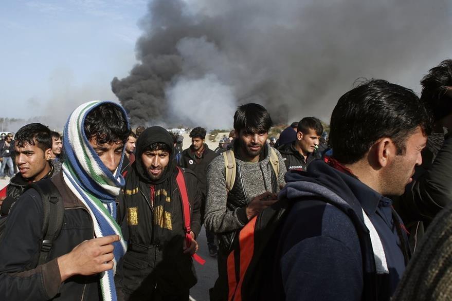 Los últimos inmigrantes son desalojados este miércoles. (Foto Prensa Libre: AP).