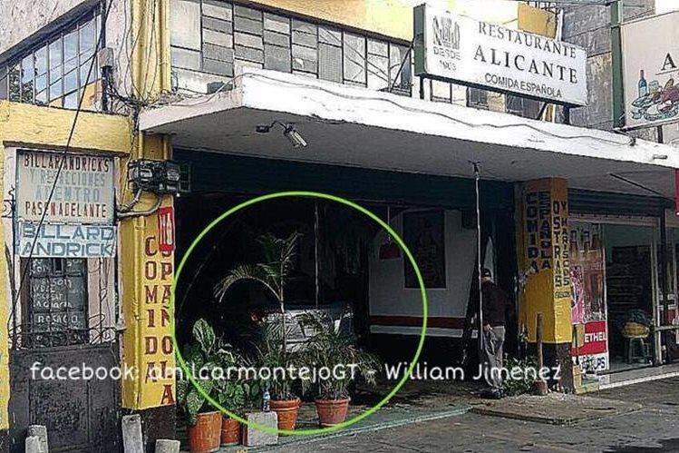 El vehículo se estrelló contra el restaurante Alicante, en la zona 4. (Foto Prensa Libre: Amilcar Montejo)
