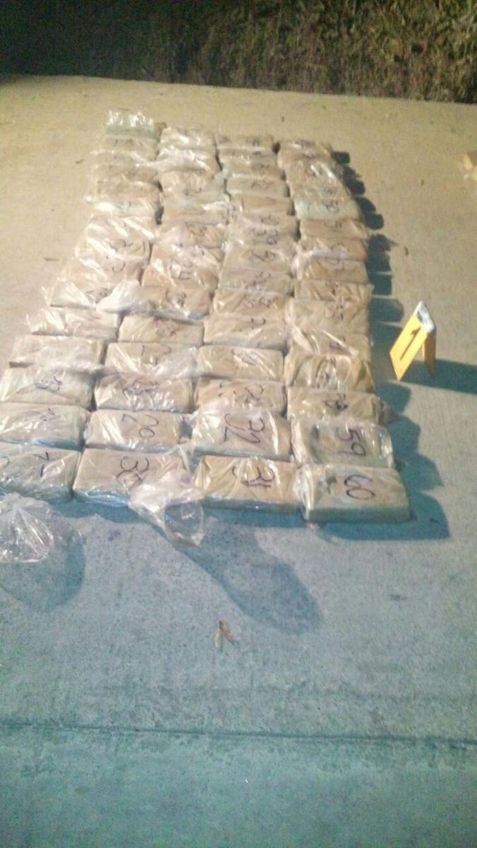 Parte de los paquetes de droga incautados en Santiago Sacatepéquez. (Foto: PNC)