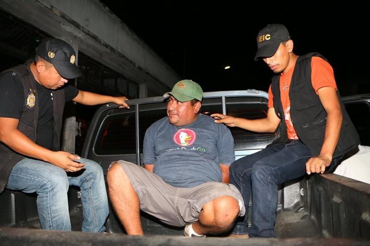 Carlos Alfonso Matul Chal, de 43 años, es aprehendido en la cabecera de Retalhuleu por conducir un vehículo robado. (Foto Prensa Libre: Rolando Miranda)