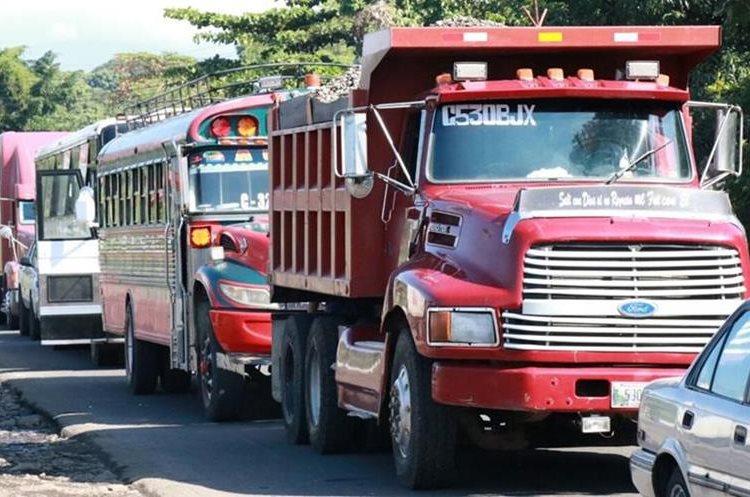 Autoridades de tránsito regulan la circulación para que sea más rápida. (Foto Prensa Libre: Cristian Soto)