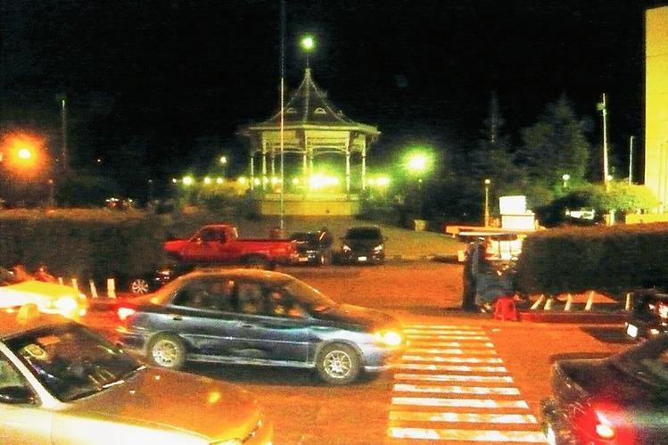 Vecinos de  San Marcos se movilizan en vehículos cuando se registra un sismo de 4.6 grados Richter. (Foto Prensa Libre: Genner Guzmán)