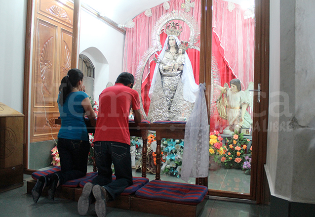 Fieles veneran la antigua imagen de la Virgen de Candelaria, vestida con ropajes de plata. (Foto: Hemeroteca PL)