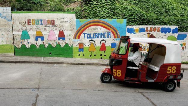 Debajo de esos murales infantiles que apelan a la equidad, a la tolerancia y al amor había placazos de la 18. Una escuela cercana organizó una jornada de civismo y repintó el muro sin temor alguno, algo poco probable en ciudades en las que el fenómeno de las maras está mucho más desarrollado. Foto Roberto Valencia (El Faro).