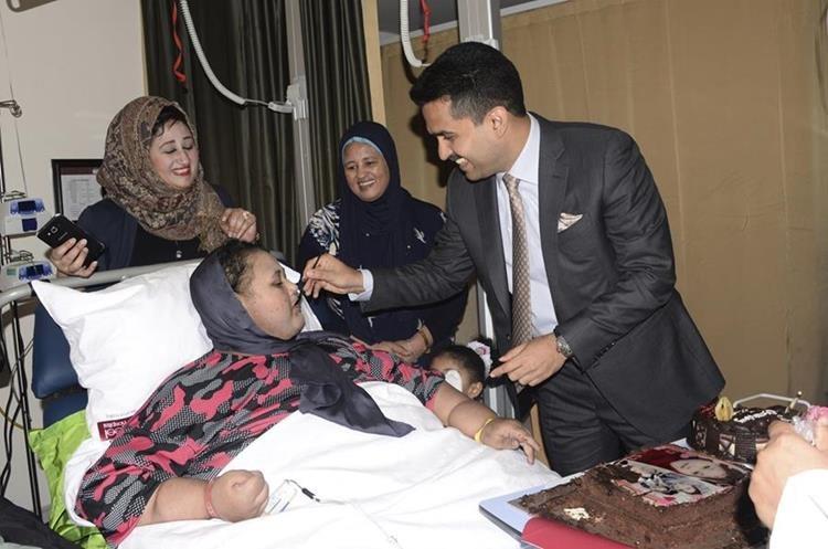 """Eman Abdul Atti, una egipcia conocida como """"la mujer más obesa del mundo"""", recibe un trozo de pastel durante su 37 cumpleaños en el Hospital Burjeel Abu Dhabi, Emiratos Arabes Unidos. (AP)."""