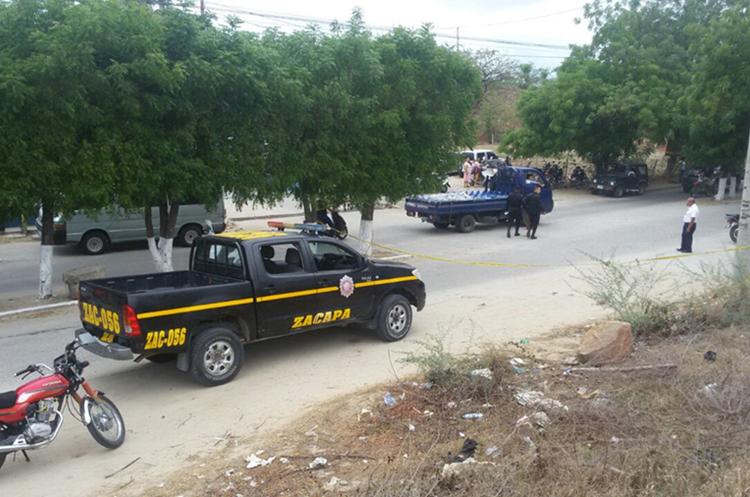 Un autopatrulla de la PNC quedó en el lugar. (Foto Prensa Libre: Mario Morales)