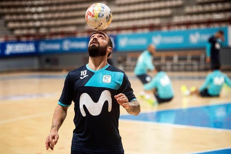 Ricardo Filipe da Silva Braga, Ricardinho, domina el balón durante una práctica. (Foto Prensa Libre: AFP)