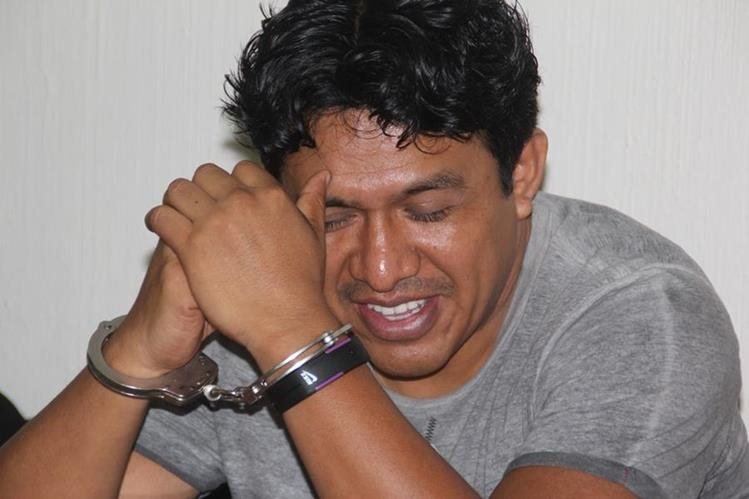 Daniel Lorenzo Pascual se ríe al escuchar le sentencia en su contra, en Huehuetenango. (Foto Prensa Libre: Mike Castillo).