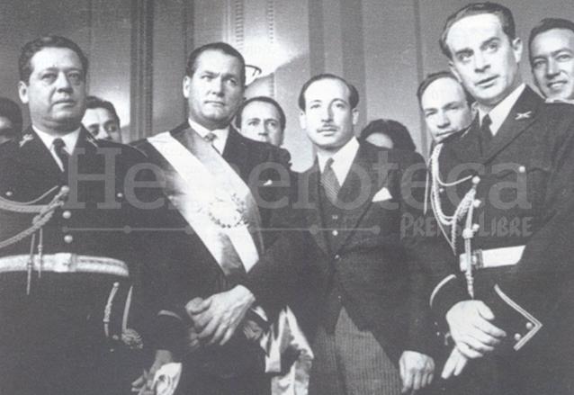 Foto del 15 de marzo de 1945 acompañan a Arévalo, con la banda presidencial,: Francisco Javier Arana, Jorge Toriello y Jacobo Árbenz, miembros de la Junta Revolucionaria de 1944. (Foto: Hemeroteca PL)